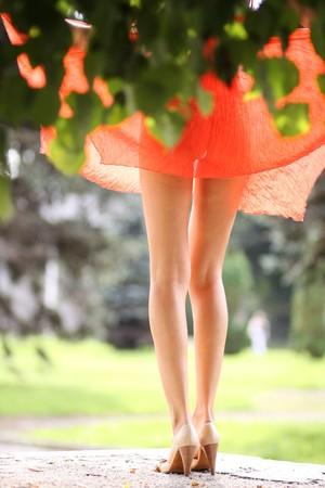 piernas sexys: mujer sexy en vestido rojo  Foto de archivo