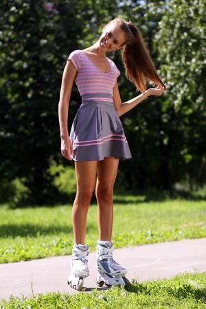rollerblading: mujer joven va para una unidad en el Parque de las modas de rodillos  Foto de archivo