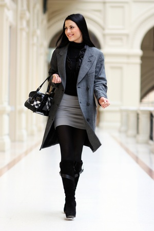 ropa casual: joven y bella mujer caminando en la tienda
