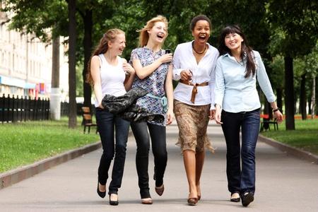 kobiet: cztery kobiety krótkiego spaceru wzdÅ'uż ulicy, razem  Zdjęcie Seryjne