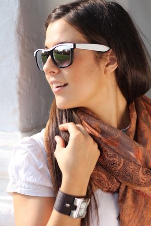 sunglasses: Hermosa mujer joven con gafas de sol. Retrato al aire libre