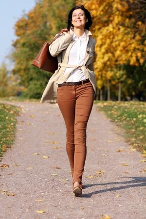 Volle Länge, Wandern Frau im Herbst Park