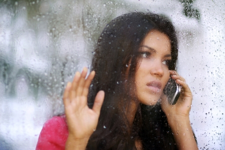 femme triste: Baiser sous la pluie