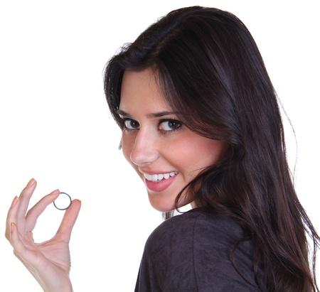 verlobt: Junge schöne Frau zeigt ihren Verlobungsring Lizenzfreie Bilder