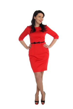 donne eleganti: Felice giovane donna in abito rosso. Isolato su sfondo bianco.
