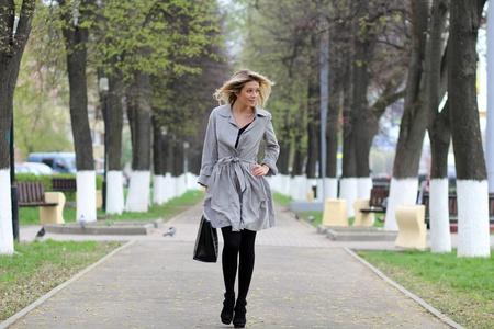 belle jeune femme marche dans la rue photo