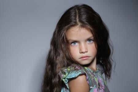 russian girls: cerca retrato de joven hermosa ni�a de cabello oscuro Foto de archivo