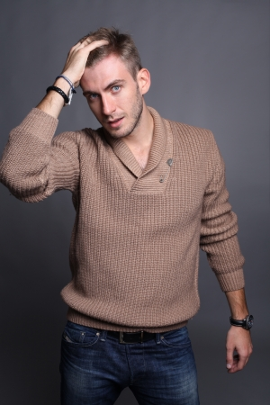 tough: retrato de joven modelo masculino buscando un buen Foto de archivo