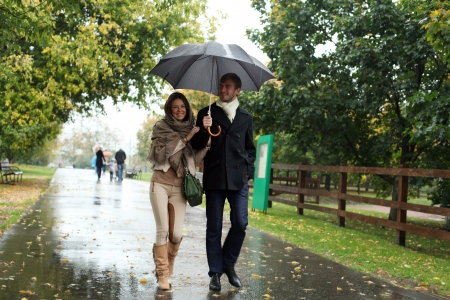 lluvia paraguas: Retrato de los pares del amor abrazando al aire libre