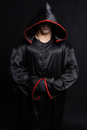 승려 가운에 젊은 남자