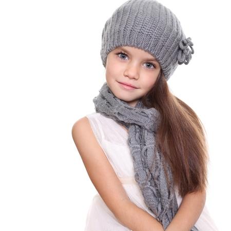 jolie petite fille: petite fille dans un bonnet tricot� et un foulard gris