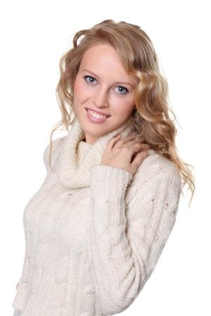 russian girls: retrato de una bella mujer feliz en una chaqueta de punto