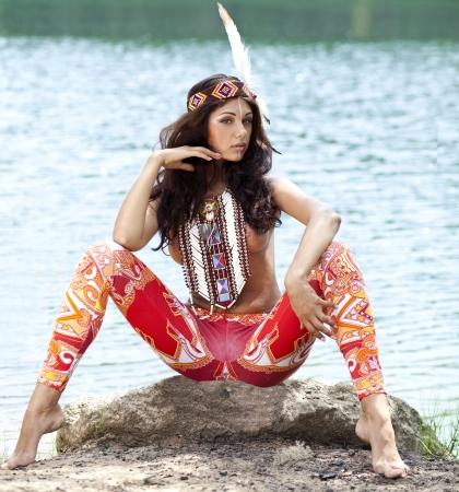 Jeune femme en costume d'amérindienne Banque d'images - 21116546