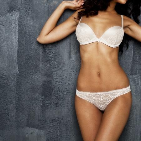 femme en sous vetements: Partie du corps des sous-vêtements sexy sur un mur sombre Banque d'images