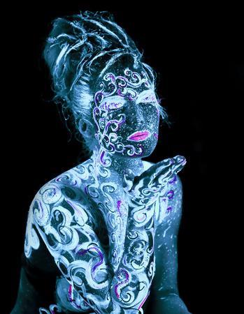 Art Corporel rougeoyant dans la lumière ultraviolette Banque d'images - 28198984