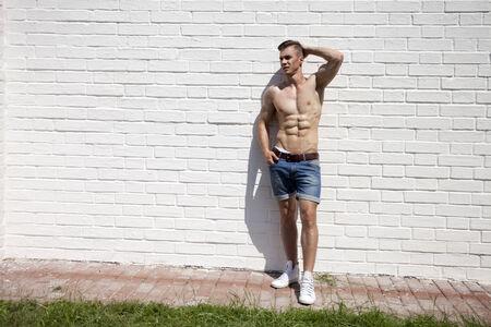 homme nu: Portrait sexy d'un modèle très musclé mâle torse nu