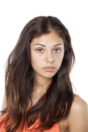 mooie brunette: Portret van een brunette zonder make-up op wit wordt geïsoleerd Stockfoto
