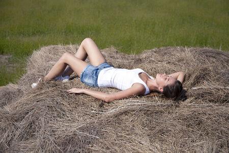 hayloft: Muchacha hermosa joven en el pajar en el pueblo