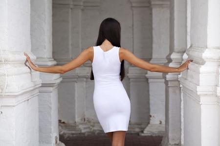 vestido blanco: Retrato cerca de la mujer hermosa joven en el vestido blanco