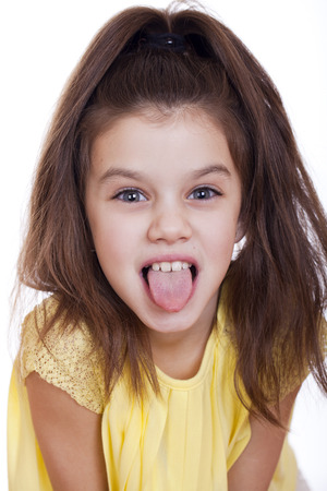 petite fille avec robe: Crazy little fille, studio sur fond blanc Banque d'images
