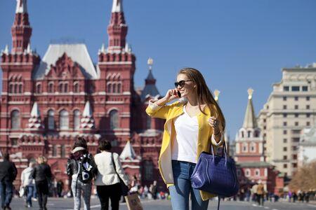 red square moscow: Mujer joven feliz llamando por tel�fono en la Plaza Roja, Mosc�, Rusia
