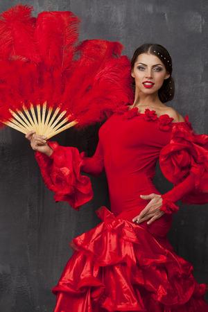 bailando flamenco: Sexy Mujer tradicional bailar�n baile flamenco espa�ol en un vestido rojo con ventilador