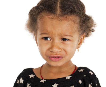 petite fille triste: Portrait de la belle petite fille heureuse, isol� sur blanc