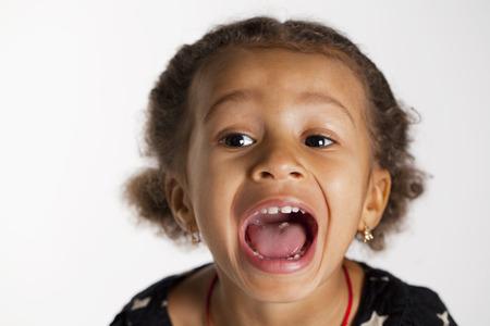 fille pleure: Portrait de la belle petite fille heureuse, isol� sur blanc