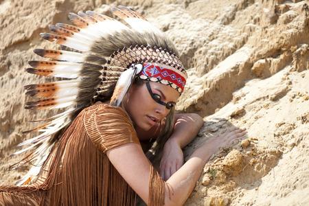 tribu: Mujer joven en traje de indio americano