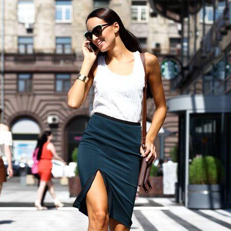 sexy secretary: Mujer de negocios joven que llama por teléfono hermosa