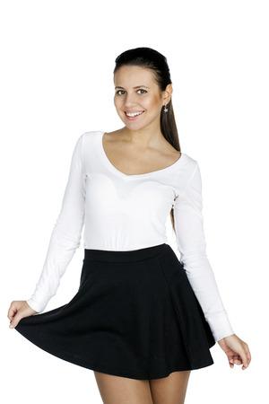 tetona: Hermosa mujer morena tetona con una hermosa figura con una falda negro y cerca de la parte superior accesorio aislado en blanco