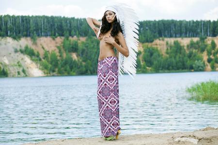 mujeres eroticas: Mujer joven en traje de indio americano