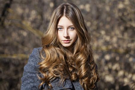 colegiala: Retrato close up de la joven y bella rubia colegiala en el fondo de la calle de primavera