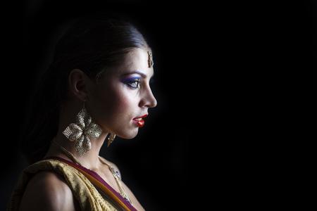 fille arabe: Close up portrait de la belle femme de l'Est sur un fond noir Banque d'images