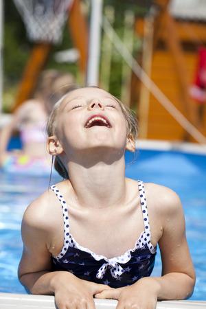 ragazze bionde: Bambina felice in bikini blu piscina Archivio Fotografico