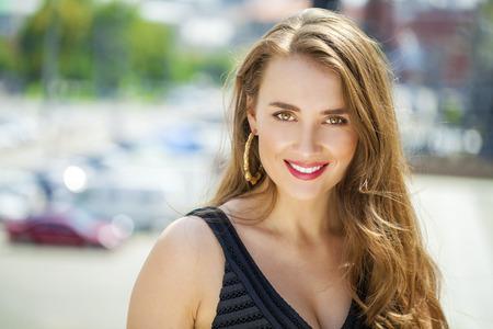 Ritratto vicino in su di giovane donna felice bella, su sfondo strada estate Archivio Fotografico - 41785960