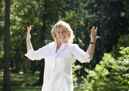 vejez feliz: Close up retrato de la hermosa mujer de mediana edad en el parque de verano