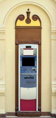 automatic teller machine: Sin la gente m�quina autom�tica de interior moderno cajero en un banco, de interior