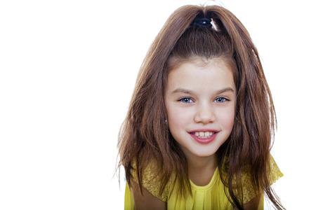 petite fille triste: Portrait de belle petite fille, studio sur fond blanc