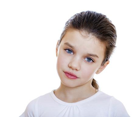 ojos tristes: Ni�a triste, aislado en fondo blanco