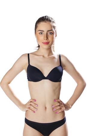 femme brune sexy: Portrait d'une femme sexy en sous-vêtements noirs sur blanc isolé