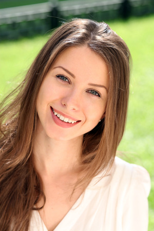 femme chatain: Belle jeune femme. Outdoor portrait Banque d'images