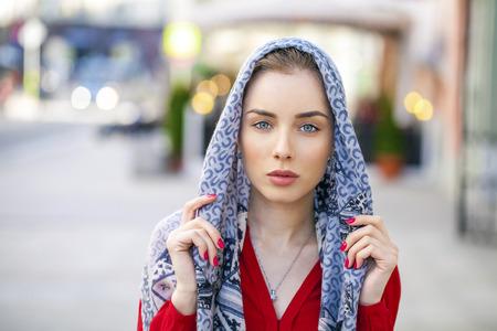 fille arabe: Belle jeune femme brune dans un foulard bleu sur la rue ville d'été