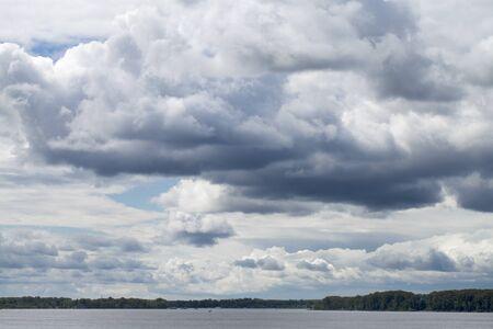 cielo tormenta: Overcast clouds. Storm sky, rainy clouds over horizon