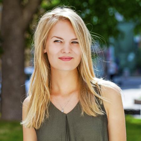 rubia: Cerca retrato, joven hermosa mujer rubia posando al aire libre en un día soleado