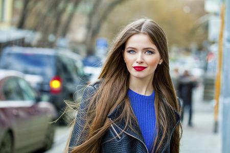 cabello negro: Retrato close up de la joven y bella mujer de pelo, en la primavera de fondo de la calle