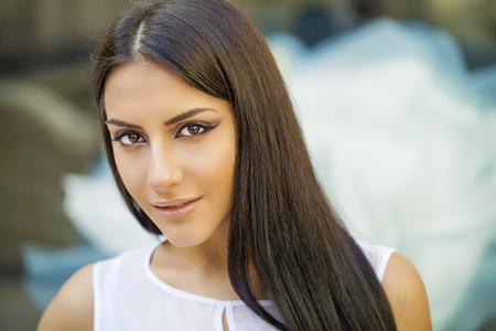 mujer alegre: Estilo oriental. Modelo de la mujer árabe sensual. Piel limpia Hermosa, maquillaje saturado. Brillante maquillaje de ojos y delineador de ojos oscuro