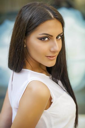 donne eleganti: Stile orientale. Sensuale donna modello arabo. Bella pelle pulita, trucco saturo. Occhio luminoso make-up e eyeliner scuro