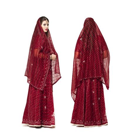 cuerpo completo: Todo el cuerpo joven india tradicional asiática en sari indio, aislado en fondo blanco