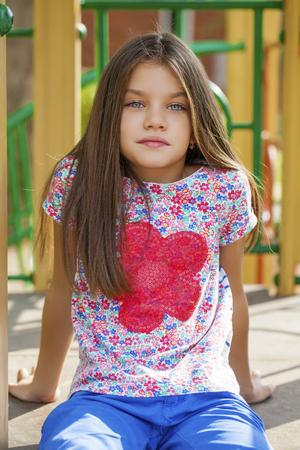 jeune fille adolescente: Cose up, Belle petite fille sur fond vert du parc de la ville d'été Banque d'images